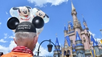 Loper loopt van Disneyland Resort naar Walt Disney World in de VS
