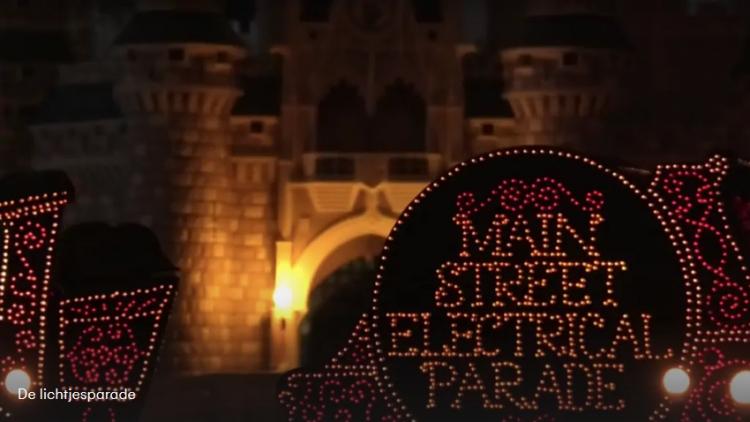 Disneyfan bouwt Disney Shows en Parades na